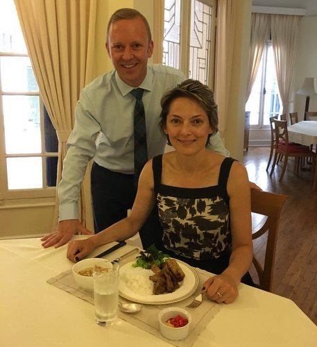 Đại sứ Ward và gia đình dùng bún chả trong bữa trưa đầu tiên tại Việt Nam. Ảnh: Đại sứ quán Anh.
