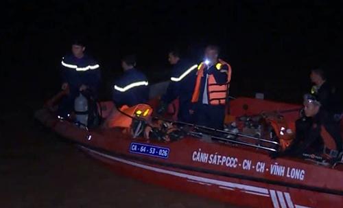 Lực lượng cứu hộ tìm kiếm bé gái mất tích trên sông Cổ Chiên. Ảnh: Công an cung cấp