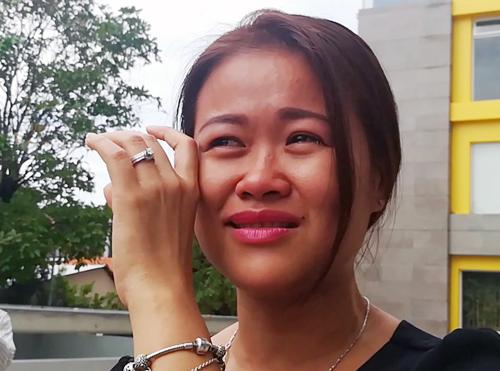 Chị Mỹ Linh bật khóc vì bức xúc trước việc ngưng hỗ trợ của Hùng Thanh. Ảnh: Tin Tin.