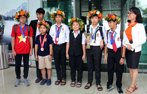 Minh (áo đỏ) cùng các bạn ở sân bay TP Pleiku sau khi bay về từ Thái Lan. Ảnh: Việt Hiến.