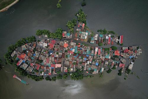Một số khu dân cư của huyện Quốc Oai bị cô lập do ngâp lụt trong đợt mưa cuối tháng 7. Ảnh: Giang Huy.