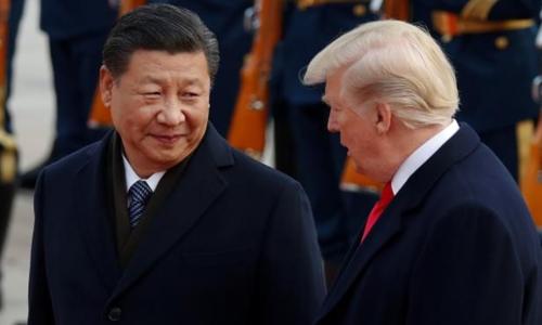 Tổng thống Mỹ Donald Trump (phải) tham dự buổi lễ chào mừng cùng Chủ tịch Trung Quốc Tập Cận Bình tại Đại lễ đường Nhân dân ở Bắc Kinh hồi tháng 11/2017. Ảnh: Reuters.