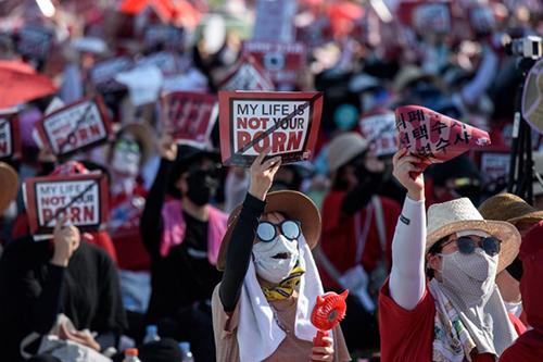 [Caption]Hàng nghìn phụ nữ tham gia biểu tình ở Seoul phản đối nạn quay lén với khẩu hiệucuộc sống của tôi không phải là sự khiêu dâm của anh. Ảnh:AFP