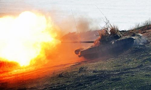 Một xe tăng Nga khai hỏa trong cuộc diễn tập ởAbkhazia. Ảnh: TASS.