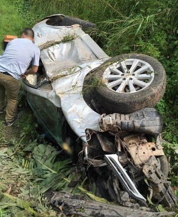 Chiếc xe ô tô con bị cướp lao xuống ruộng hư hỏng nặng. Ảnh: B.M