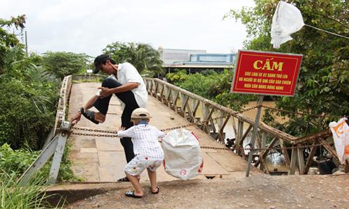Các phương tiện hiện bị cấm qua cầu. Ảnh: An Nam
