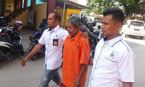 Thầy mo Jago (áo cam) bị bắt hôm 5/8. Ảnh: Reuters.