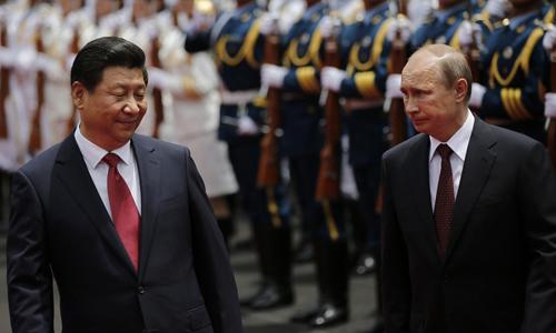 Chủ tịch Tập Cận Bình (trái) và Tổng thống Vladimir Putin trong buổi lễ duyệt binh tại Trung Quốc năm 2014. Ảnh: AFP.