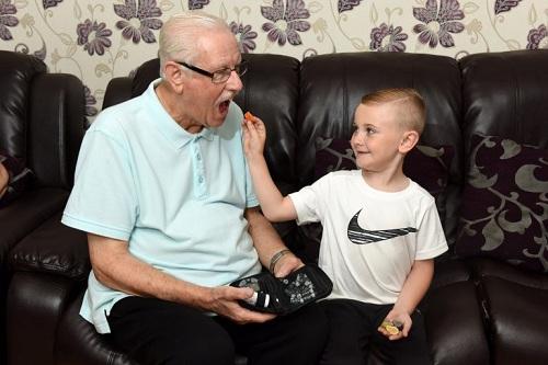 Ông Brian bị bệnh tiểu đường và thường xuyên sử dụng máy đo đường huyết. Ảnh: Carters News