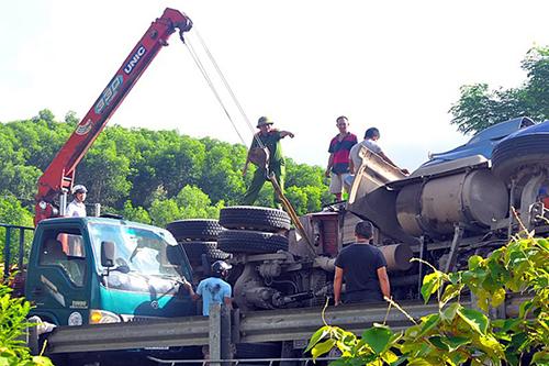 Nhà chức trách điều xe cứu hộ tới cẩu hai xe container. Ảnh: Minh Lý