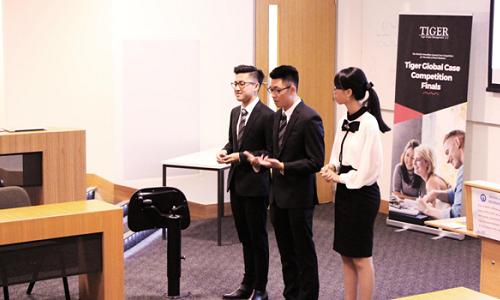 Đội Việt Nam trình diễn phần tranh tài trước các giám khảo tại Australia.