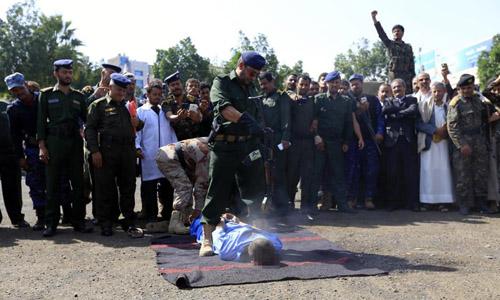 Cảnh sát bắn một trong ba phạm nhân trong vụ hành hình ởquảng trường Tahrir hôm 8/8. Ảnh:Enquirermag.