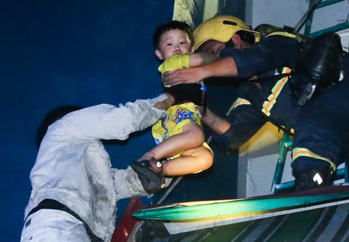 Cư dân Carina được lính cứu hoả giải cứu khỏi vụ cháy. Ảnh: Quỳnh Trần.