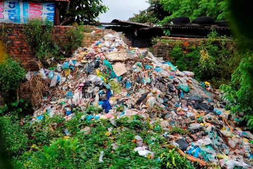 Một bãi rác dưới chân tường thành của Kinh thành Huế. Ảnh: Võ Thạnh