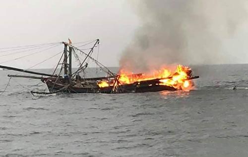 Con tàu trị giá hơn 4 tỷ bị cháy rụi ngoài khơi. Ảnh: Ngư dân cung cấp.