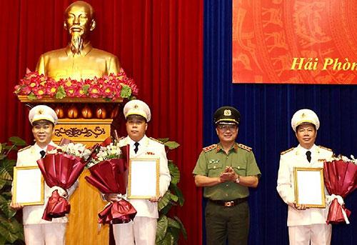 Lãnh đạo Bộ Công an trao quyết định bổ nhiệm các chức danh phó giám đốc Công an tỉnh Hải Phòng với ba cán bộ. Ảnh: Cổng TTĐT Chính phủ
