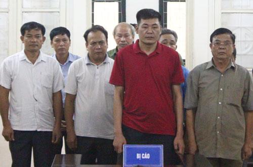 Tám bị cáo tại phiên tòa phúc thẩm.