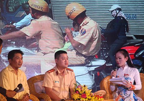 Thượng uý Nam trong buổi giao lưu Gương sáng phố phường. Ảnh: Quốc Thắng.