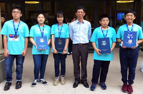 Những học sinh Việt Nam đoạt giải trong cuộc thi Toán học Thế giới WMO. Ảnh: Bình Khánh.