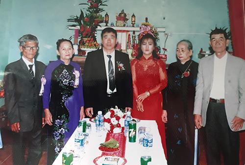Vợ chồng ông Nãi (bên trái) đứng ra tổ chức đám cưới cho con dâu. Ảnh: Đắc Thành.