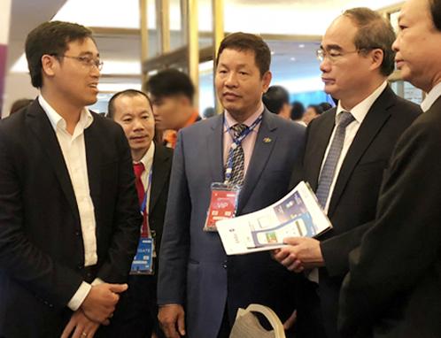Bí thư Thành ủy TP HCM Nguyễn Thiện Nhân nói chuyện với nhà sáng tạo trẻ trong hội thảo về đề án thành phố thông minh. Ảnh:Tuyết Nguyễn.