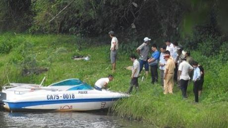 Lực lượng chức năng đưa thi thể du khách Na Uy vào bờ. Ảnh: Hương Ngự