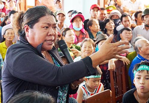 Bà Đỗ Thị Đa gằn giọng khi nêu bức xúc của người dân sống gần nhà máy rác. Ảnh: Phạm Linh.