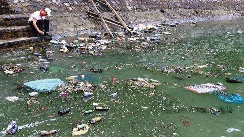 Nhìn cảnh rác bị sóng đánh dạt vào khu vực bờ kè ngay trước trung tâm Cát Bà khiến nhiều khách du lịch ngao ngán. Ảnh: Giang Chinh