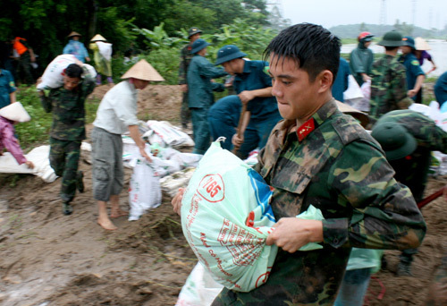 Bộ đội giúp dân ngăn nước sông Nhuệ tràn bờ ở Hà Nội năm 2013. Ảnh: Bá Đô.