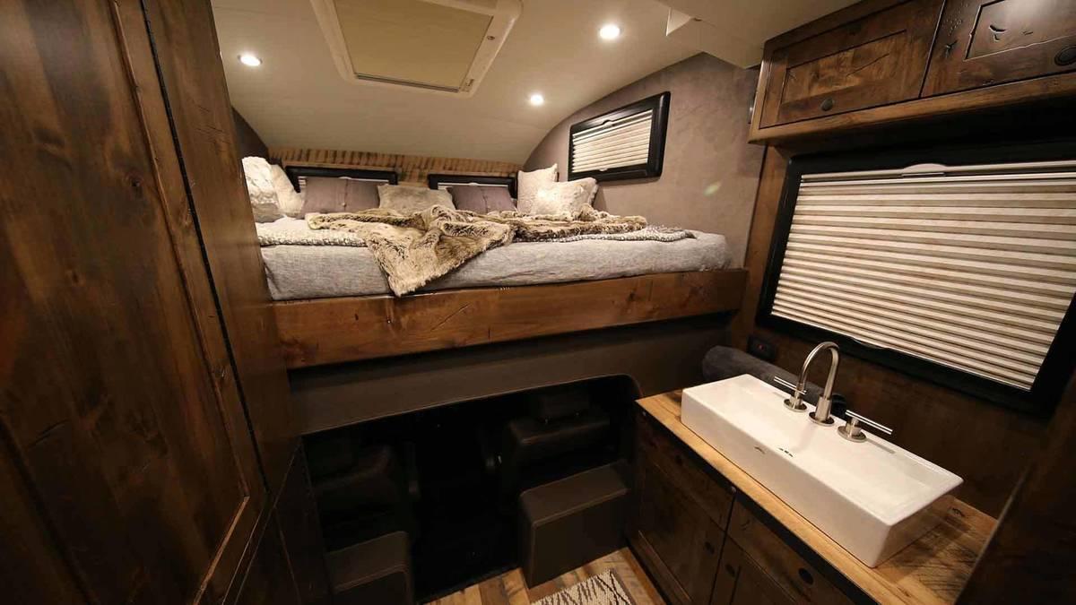 Giường ngủ được bố trí cùng các tủ đồ cá nhân