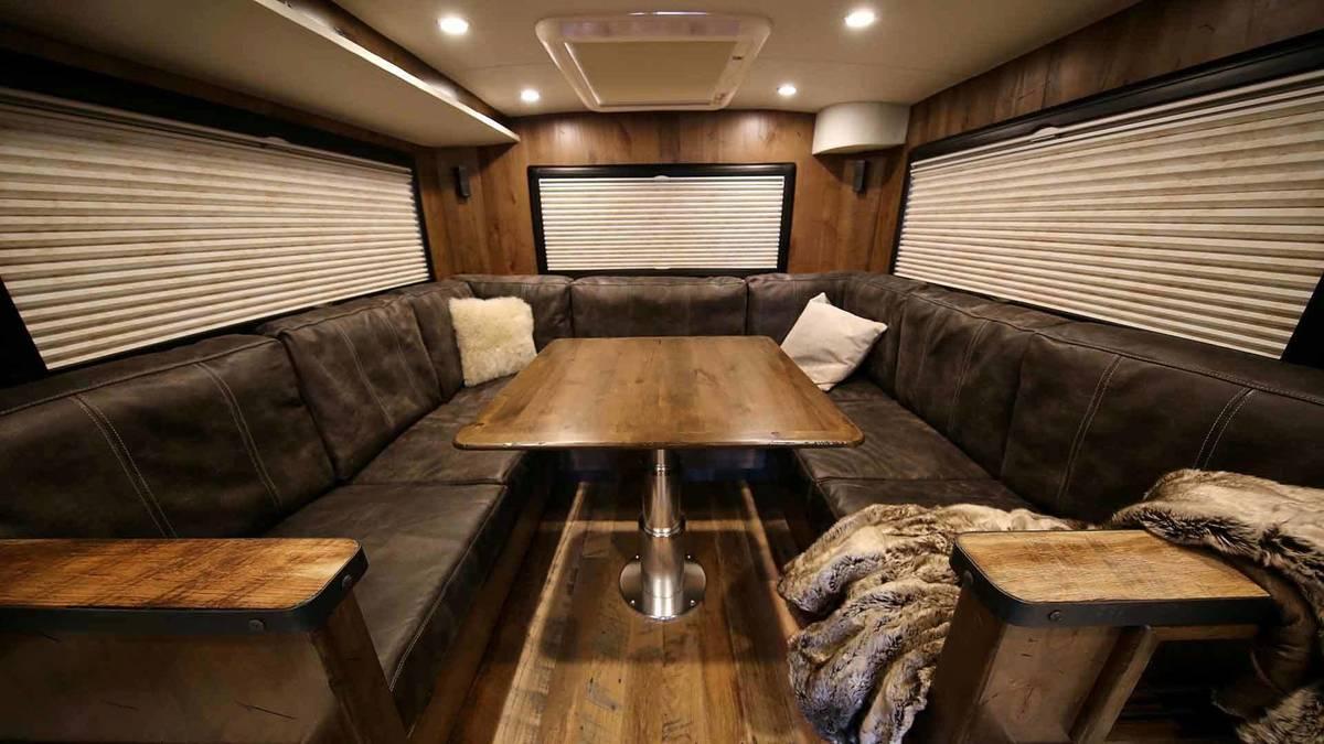 Không gian bên trong nhà chủ yếu dùng gỗ, đủ tiện nghi như ghế băng, bàn nước, tivi...