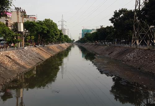 Giống như các con sông trong nội đô Hà Nội, sông Kim Ngưu đang bị ô nhiễm nặng. Ảnh: Võ Hải.