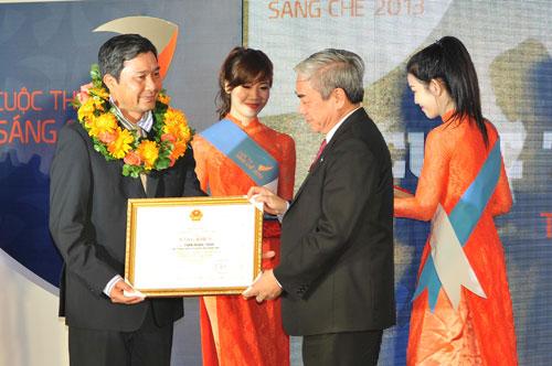 Tác giả giải nhất cuộc thi sáng chế năm 2013 nhận thưởng từ ban tổ chức. Ảnh: NOIP.