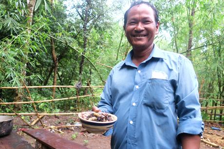5. Ông Mang Hanh, người dân xã Phan Dũng chuyên đi săn nhện rừng nói đồng bào ở đây rất mê món này.