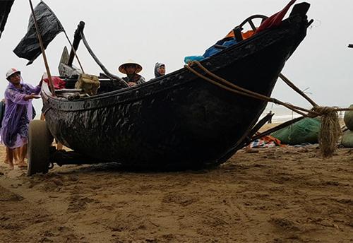Người dân Sầm Sơn, Thanh Hoá đưa thuyền vào nơi tránh trú an toàn. Ảnh: Lê Hoàng.