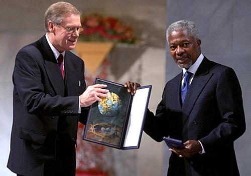 Kofi Annan (phải) nhận giải Nobel Hòa bin năm 2001. Ảnh: Nobelprize.