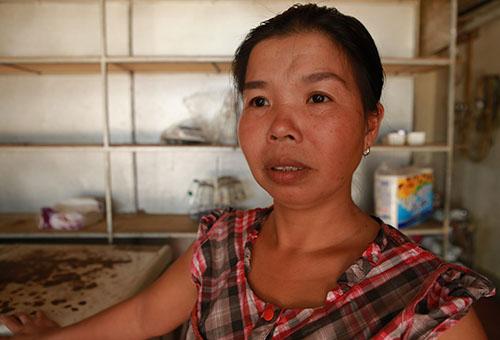 Chị Nguyễn Thị Huyền kể lại lúc chạy lũ. Ảnh: Nguyễn Hải.