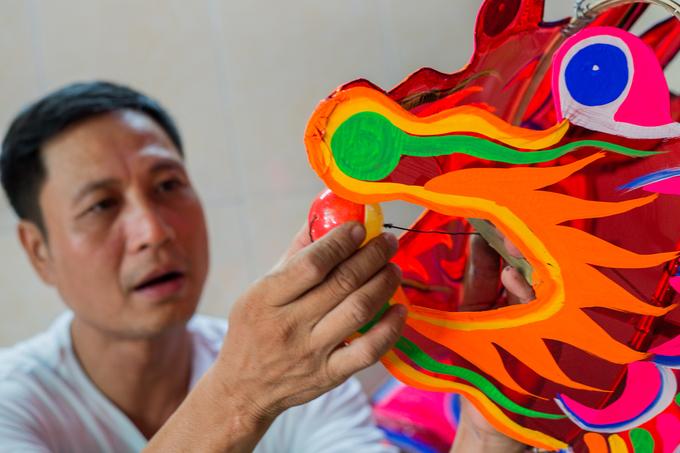 Gia đình hai thế hệ làm đèn lồng khổng lồ ở Sài Gòn