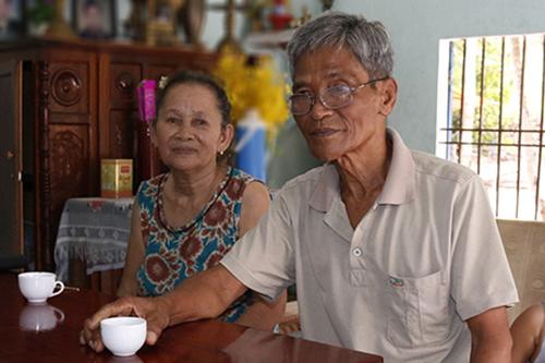 Vợ chồng ông Nguyễn Văn Nãi và bà Lê Thị Bảy kể lại chuyện cưới chồng cho con dâu. Ảnh: Đắc Thành.