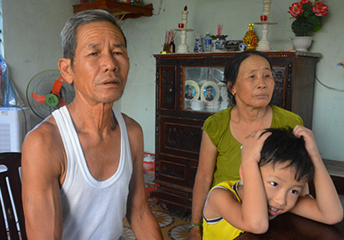 Ông Nguyễn Văn Nghĩa và bà Nguyễn Thị Tới luônđộng viên con dâu lấy chồng mới khi con trai mất tích.Ảnh: Đắc Thành.