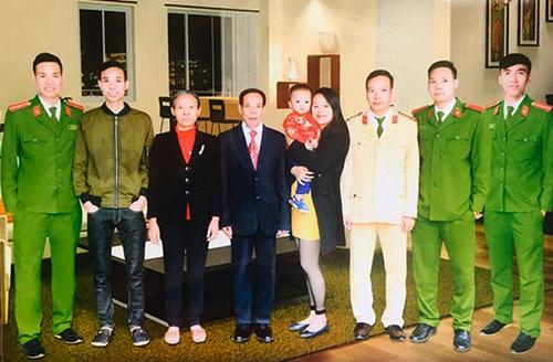 Các thành viên trong gia đình ông Trân. Ảnh: Đ.H