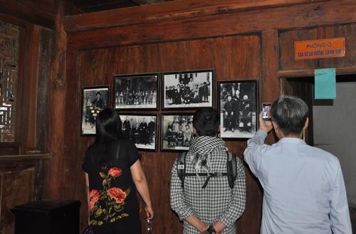 Trong dinh còn lưu nhiều ảnh tư liệu gia tộc họ Vương tại đây. Ảnh: VT.