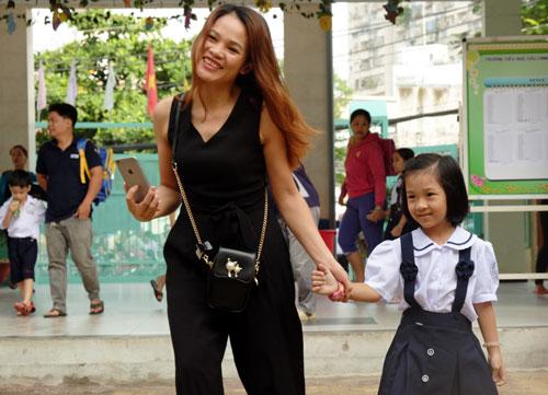 Phụ huynh Tiểu học Cửu Long đưa con đến trường. Ảnh: Mạnh Tùng.