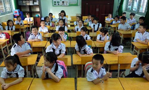 Học sinh lớp 1 được cô giáo cho làm quen với bạn. Ảnh: Mạnh Tùng.