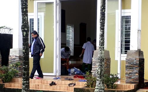 Cơ quan chức năng đến nhà nạn nhân khám nghiệm tử thi. Ảnh: Nguyễn Huy.
