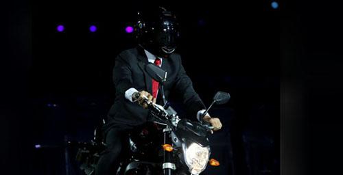 Một người đóng thế tổng thống Joko Widodo trên mẫu nalekbike,xuất hiện tại lễ khai mạc Asiad 2018. Ảnh: Reuters.