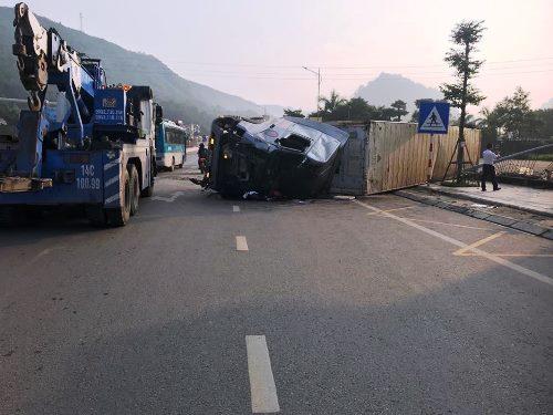 Chiếc xe container lật chắn ngang quốc lộ. Ảnh: Minh Cương