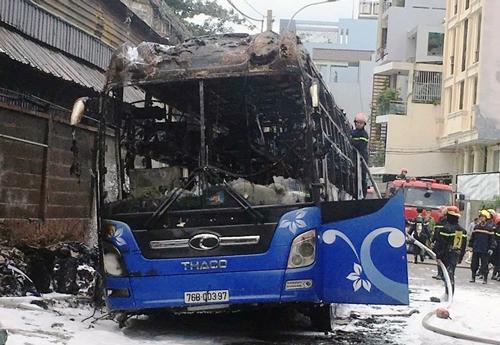 Xe khách bị cháy rụi phần trên. Ảnh: Sơn Hòa.