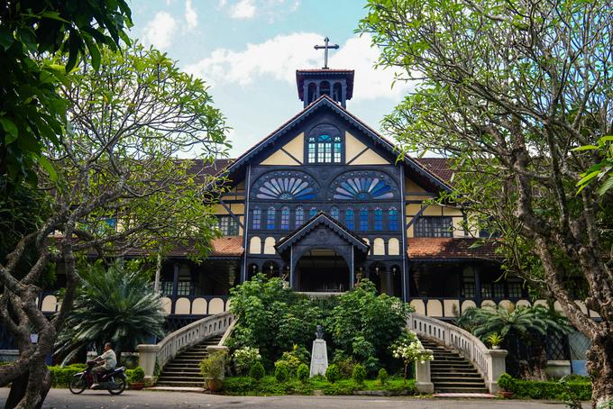 Hai công trình tôn giáo lâu đời làm bằng gỗ ở Kon Tum