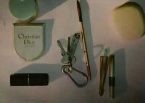 Các loại mỹ phẩm hàng hiệu nằm trong túi xách của nạn nhân.